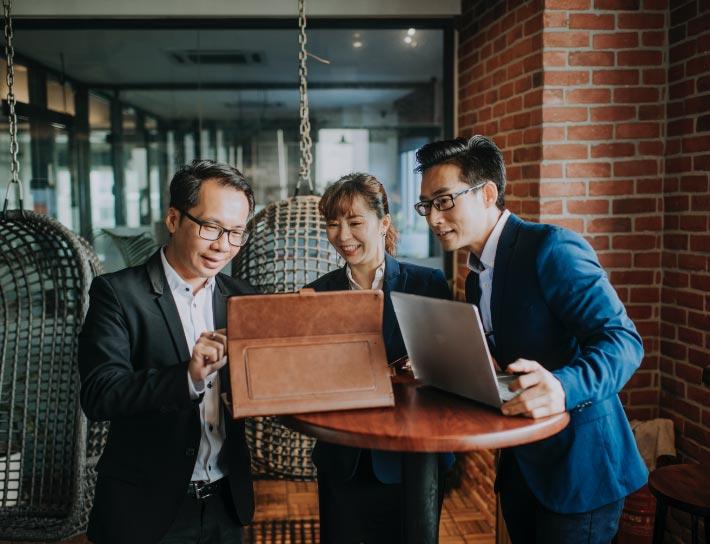 图片4——三个人围着一张桌子工作