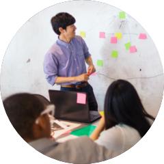 图片3——一位男士在白板前引导策略会议