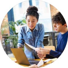 图片2——两个人一起在电脑前工作