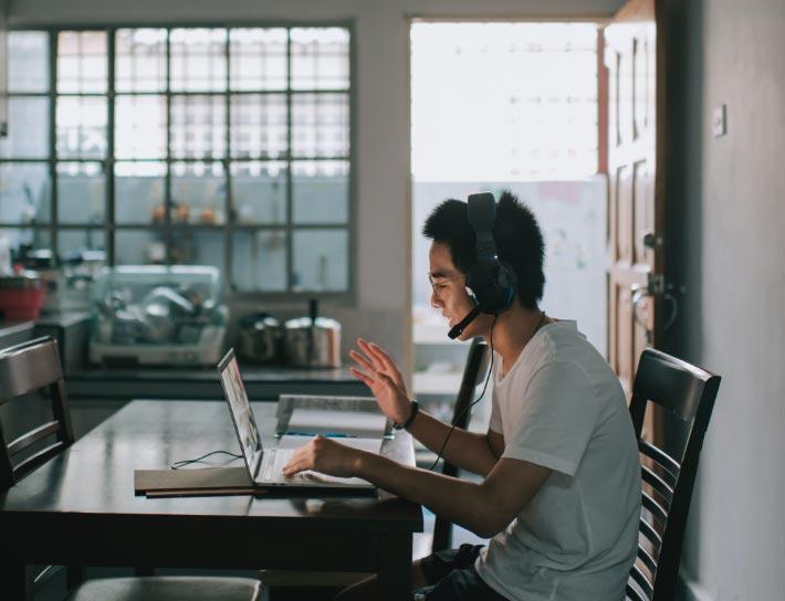 图片6——一个人坐在桌前在家办公
